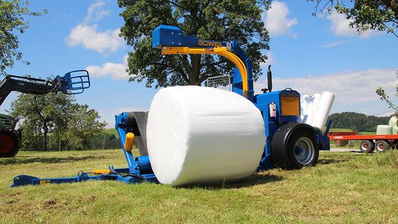 Once wrapped, the bale is dropped by means of the hydraulically tilting wrapping table.