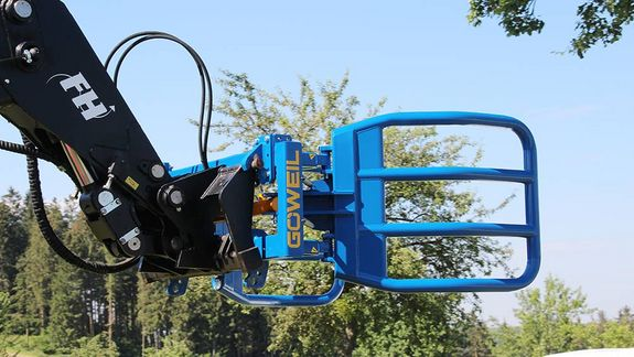 The swivel compensator allows the gripper arms to contour to the bale in a particularly gentle manner.