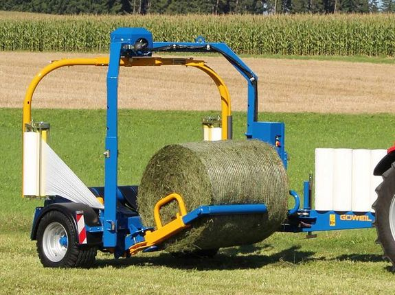 The hydraulic loading arm with its reception tube sweeps up the bale and lifts it up onto the wrapping table.