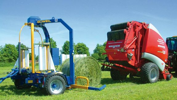 As soon as it exits the baler, the bale is picked up by the gripper arm and placed onto the wrapper.