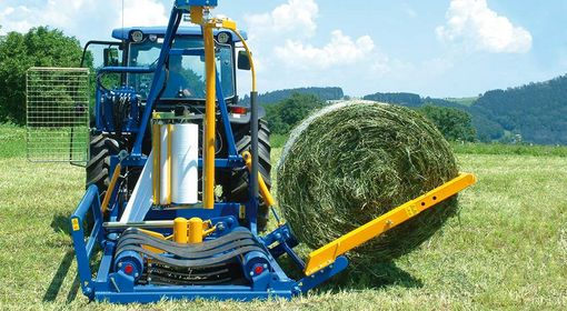 It is possible to pick up the bale while driving forwards or backwards by simply shifting the mounting position of the loading arm from the front to the back or vice versa.
