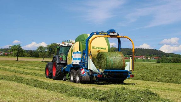 The Krone baler during the bale transfer to the G5040 Kombi made by GÖWEIL.