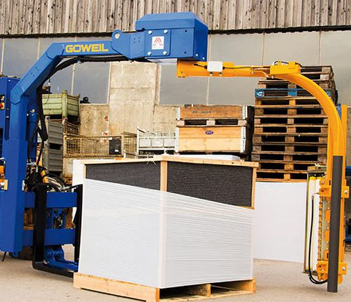 The GÖWEIL G1010 pallet wrapper during wrapping.
