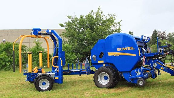 The G5020 Inliner is pulled directly behind the baler by means of a hitch mounted on the side.