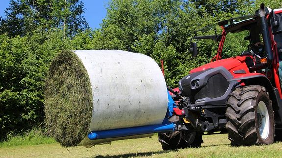 The round bale transport is an exceptional tool for transporting wrapped and unwrapped round bales in a particularly gentle manner.