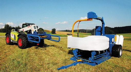 The G3010 Q Farmer packages square and round bales in an equally clean and air-tight manner.