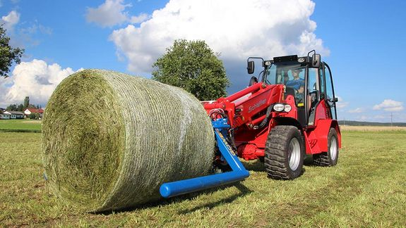 The BTGHY is equipped to handle both wrapped and unwrapped bales.