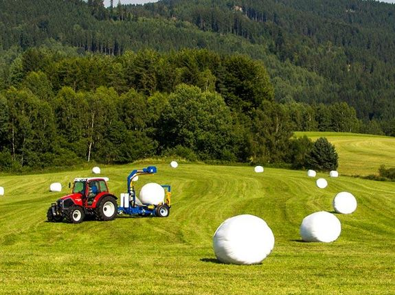 The bales are wrapped directly in the field after being formed.