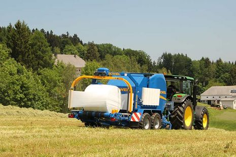 Whether you need to use it for bales of silage, hay or straw – you can adjust the machine at the push of a button!
