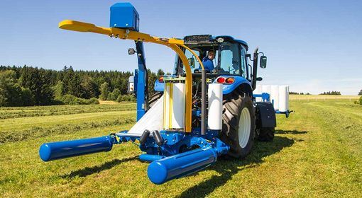Two rollers actuated in series ensure that the bale is rotated evenly.