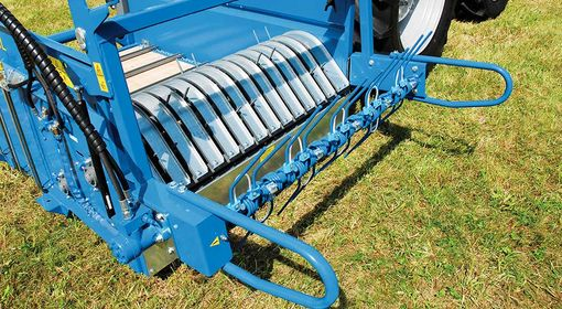 Fodder distribution by means of the spreader attachment.
