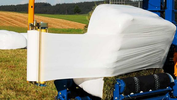 The wrapper achieves secure bale guiding even with rectangular bale dimensions.